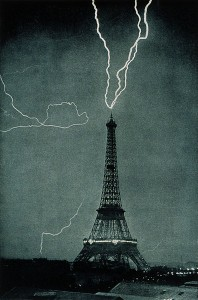396px-Lightning_striking_the_Eiffel_Tower_-_NOAA